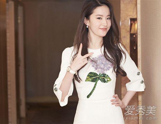 胸前的图案是亮点,白色连衣裙上一束浅紫色的绣球花,看着超有气质,绿叶修饰增加增加俏皮感。