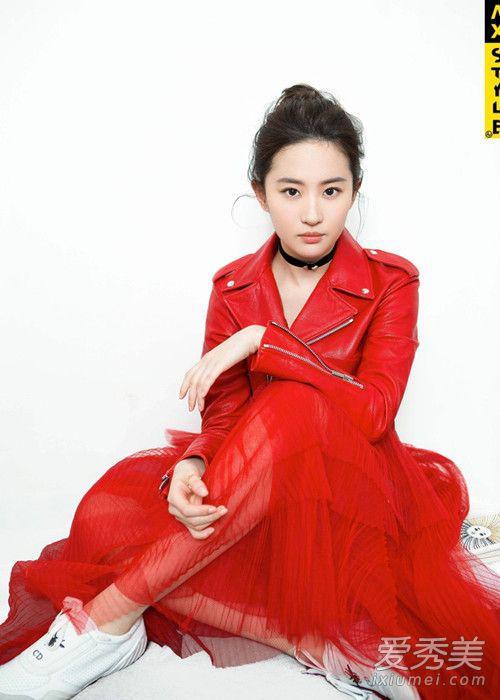 大红色也超惊艳,红色纱裙很显活力。