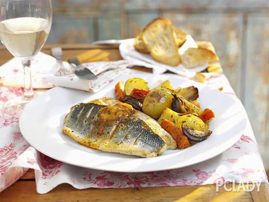 午餐:带有混合蔬菜沙拉的黑线鳕鱼片,配以?汤匙橄榄油