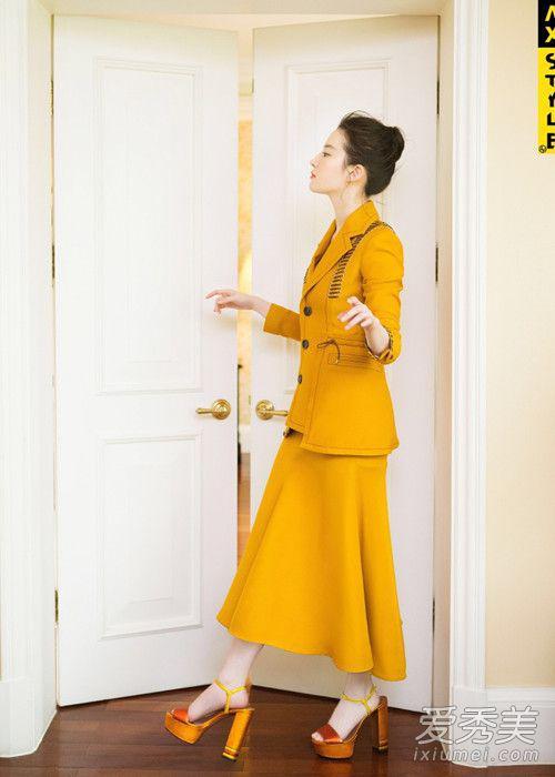 即使是复古的鹅黄色一样成功驾驭!半身裙家西装外套的套装,很显知性气质。