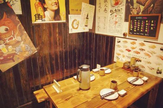 国内一家胡乱贴着日本海报的居酒屋