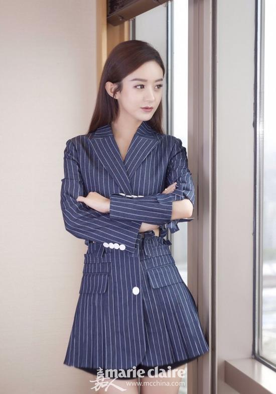 赵丽颖长款蓝色条纹西装外套搭配短款 霸道总裁既视感满满