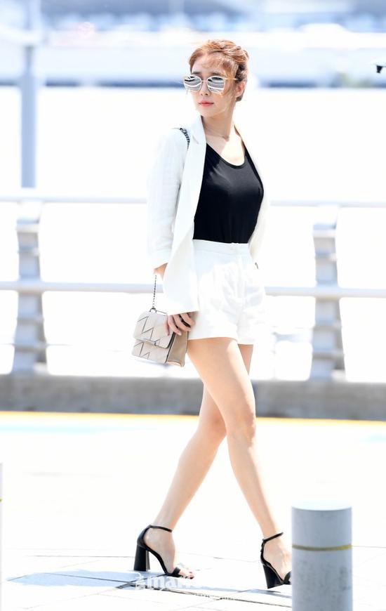 刘仁娜白色亚麻西装外套搭配白色短裤