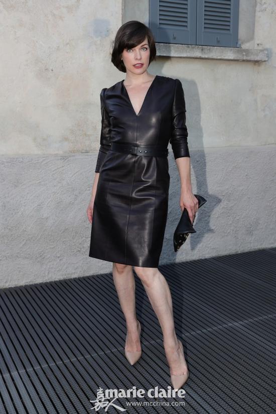 """""""生化女""""米拉·乔沃维奇(Milla Jovovich)黑色V领皮裙搭配裸色尖头高跟鞋现身,酷劲儿十足。"""