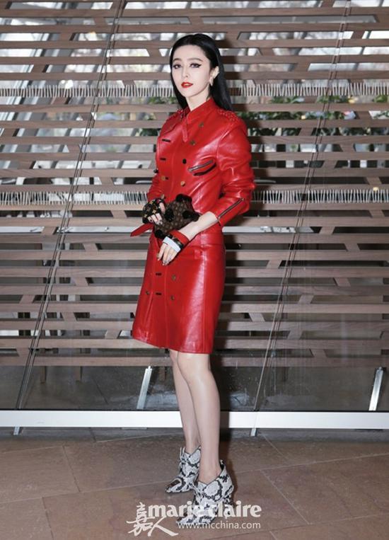 范冰冰身穿红色皮裙搭配印花高跟短靴亮相时装周,造型前卫有未来感。
