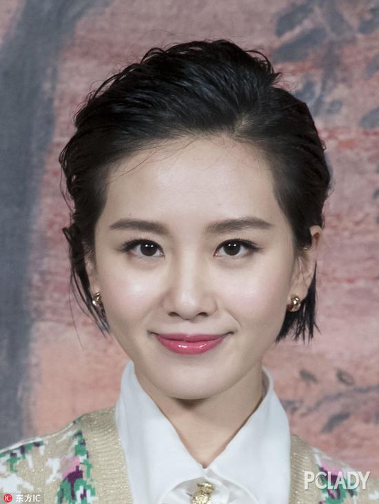 像黄圣依的脸是比较长的,她剪短发会显得脸更长,留长头发能修饰一下脸型,会更适合她。