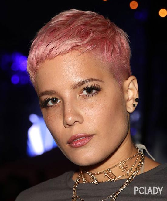 跟之前的黑人辫相比,Zoe Kravitz简直变了一个人,帅气又性感,铂金版红毛丹造型非常有时尚态度。
