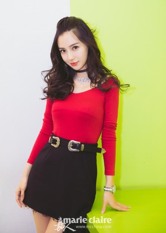 Angelababy身穿红色裹身上衣,下穿黑色毛边不规则下摆高腰短裙,系黑色腰带。