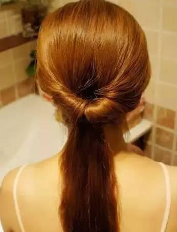 4、如图手示把头发向内向上卷。
