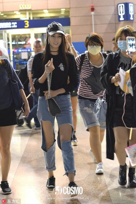 卫衣:Chrome Hearts手袋:Louis Vuitton Twist Bag鸭舌帽:Oct.3
