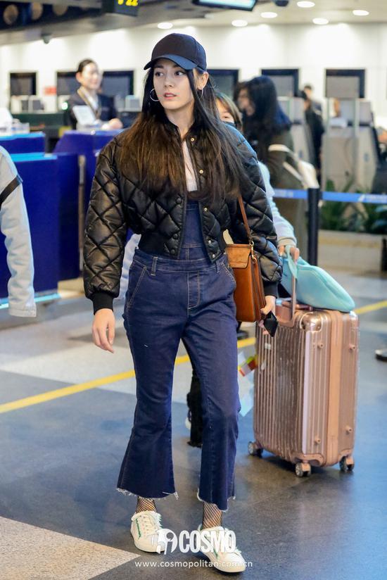 外套:Stella McCartney背带裤:MO&Co手袋:Chloe Faye运动鞋:Tory Burch