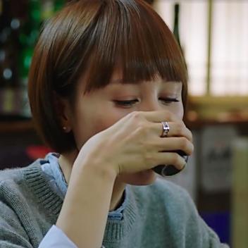 唐晶佩戴Tiffany ATLAS的字母装饰戒指