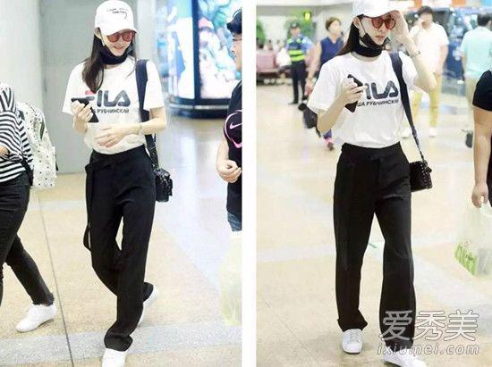 喜欢舒适风格的盆友可以借鉴王丽坤的这身私服look,logoT恤搭阔腿裤配小白鞋,简约随性又不乏时尚感。
