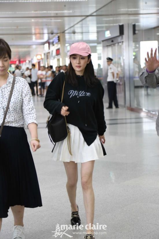 利用粉色棒球帽打造青春少女look,减龄效果加分。