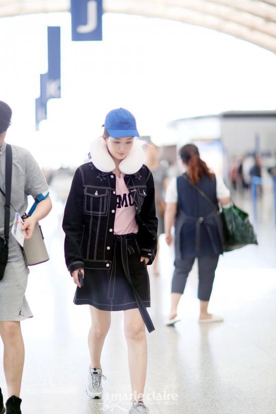 乔欣这顶宝蓝色帽子衬得她皮肤白皙,一身低调Look就需要这种明亮的颜色来点缀。