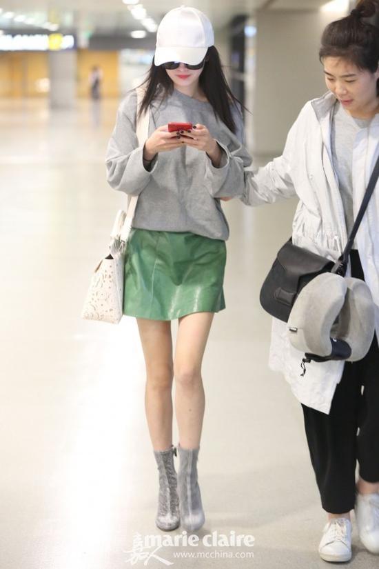 白色棒球帽搭配今年流行色正主草木绿,时髦度也有了少女感也有了。