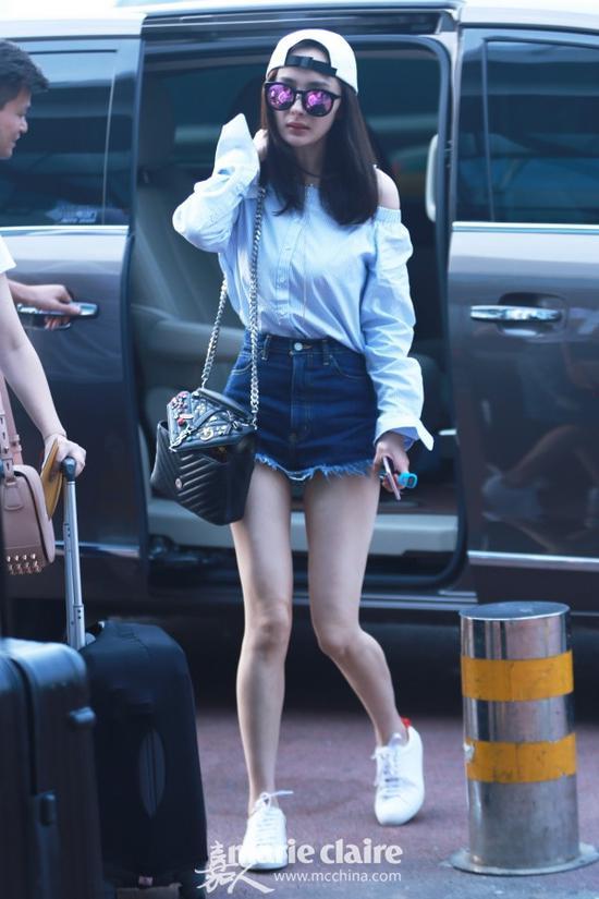 现身机场,大幂幂反戴白色棒球帽,小白帽+牛仔裤+小白鞋,简约时尚。