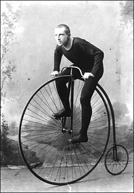 1869年,英国的雷诺觉得车子太重了,采用钢丝辐条来拉紧车圈作为车轮;同时,利用细钢棒来制成车架。
