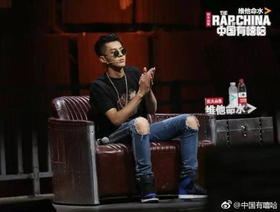 吴亦凡经常戴的一种小圆形墨镜,有一种算命先生的flow,但其实是当下最流行的一种,大脸慎用。