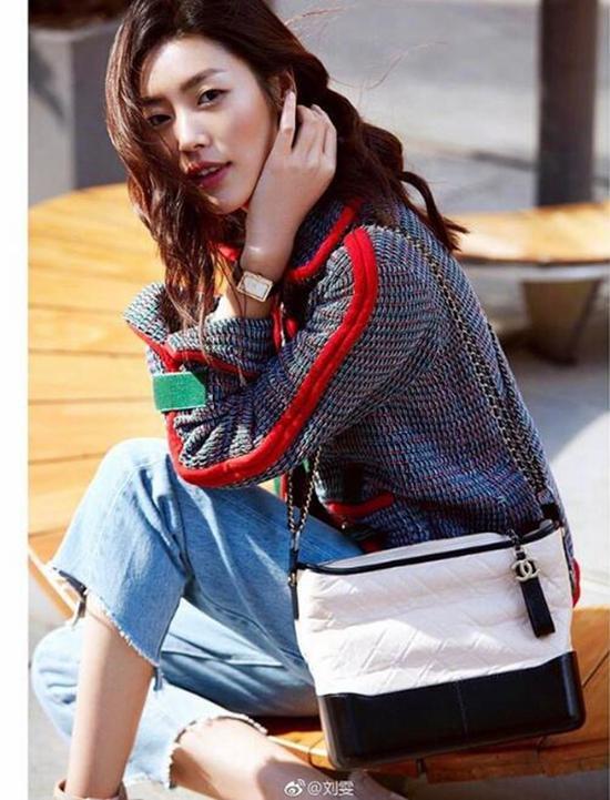 刘雯佩戴方形Chanel Boy friend腕表,图片来自刘雯微博。