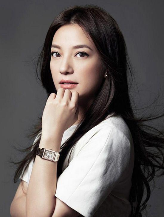 赵薇佩戴积家Reverso系列腕表,图片来自积家。