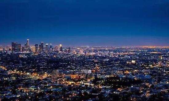"""去年上映的《爱乐之城》,让这座""""天使之城""""一下跃升成""""最想游览的美国城市""""。电影中出现的各个著名景点瞬间变得游客暴增。"""