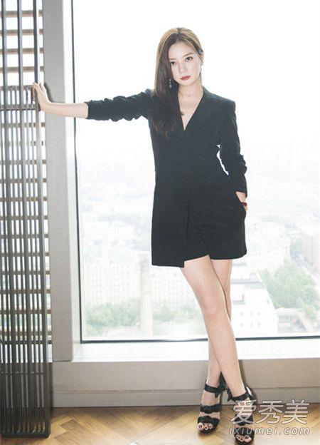 之前的纯黑色西装套装,下摆是不规则的剪裁,露出一点裤脚显瘦更性感,脚上的蕾丝凉鞋小编也很爱呢。