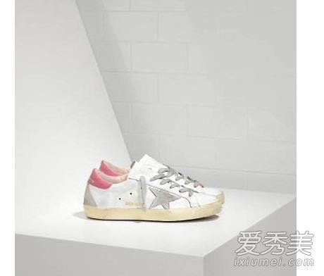 golden goose的豹纹球鞋,去年他们家的小脏鞋可是很火呢,今年杨幂穿的豹纹不知道会不会成为爆款呢?