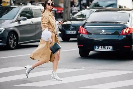 经典、轻松、优雅、时髦……属于驼色的标志太多了,在很容易穿得无聊、缺乏层次感的秋冬时节,你真的需要入手一件驼色单品了。