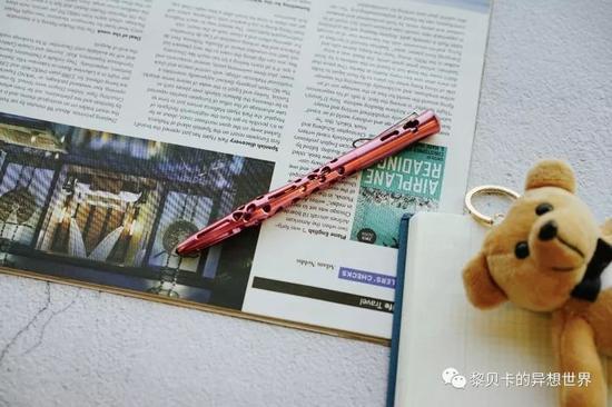 它是一支战术笔,既可以当普通的圆珠笔用,必要的时候还能防身。
