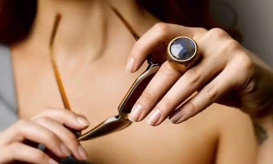 最重要的是,它不仅是一枚戒指,还是一个警报器。
