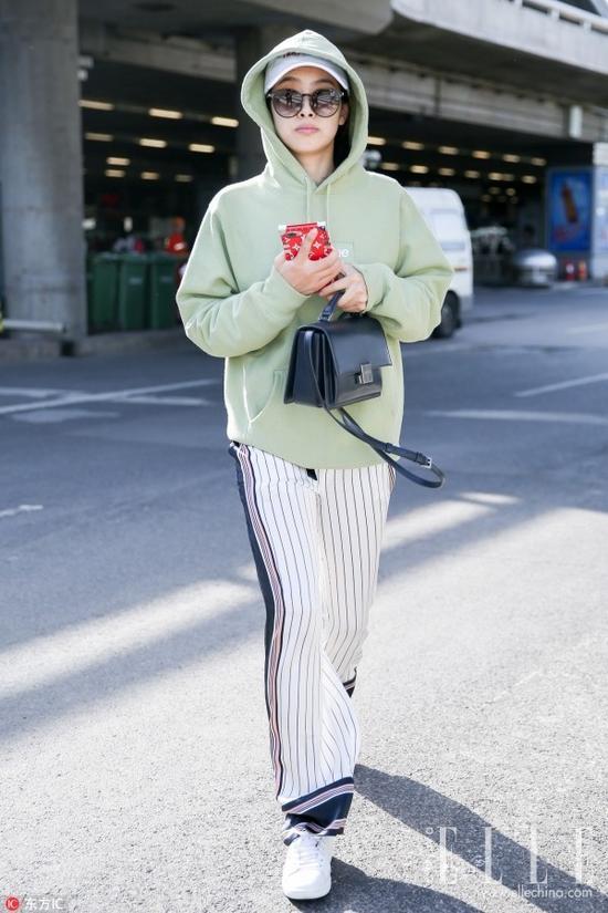 """用Gosha Rubchinskiy X FILA的长款帽衫玩起""""下装失踪""""的宋茜也是得心应手,秀得一手好身材!"""