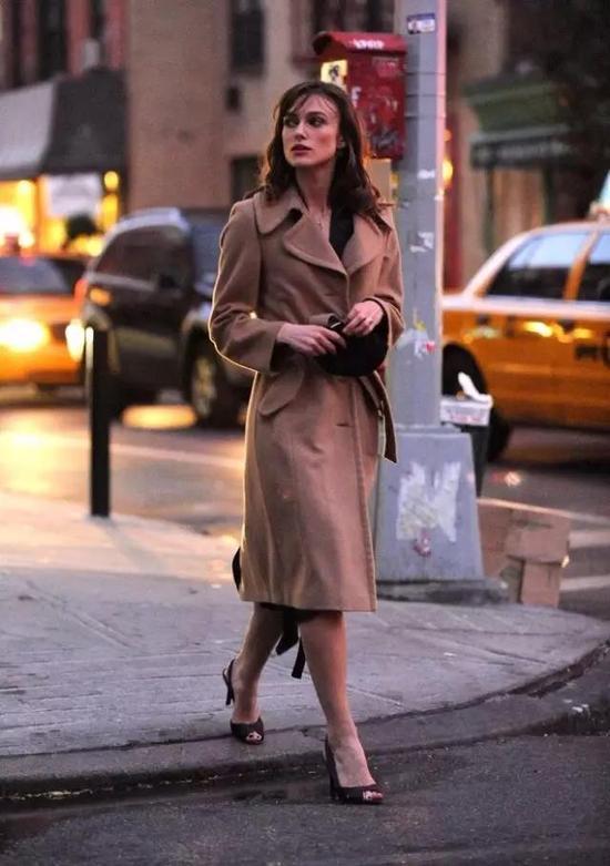 它也是最温柔的颜色,Keira Knightley在电影《一夜迷情》中的驼色大衣造型,包裹了所有迷情,令人印象深刻。