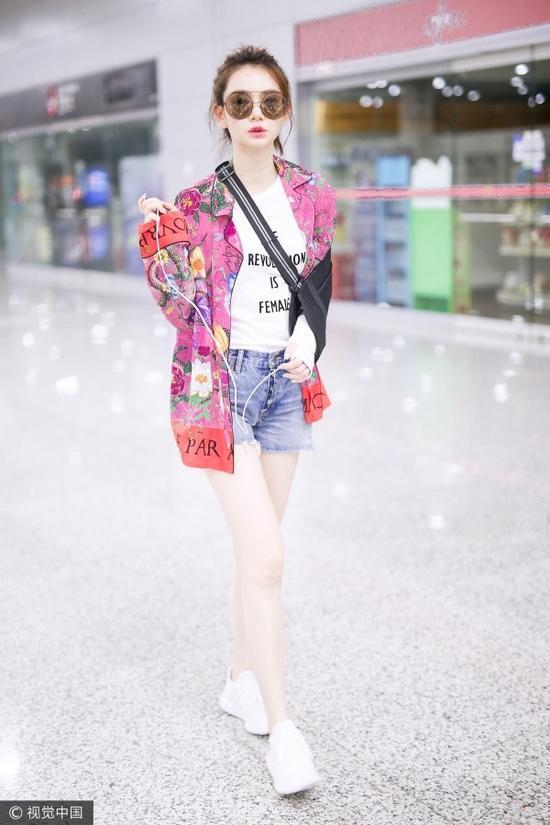 穿不错女神戚薇亲身示范 时髦又实用不是没可能
