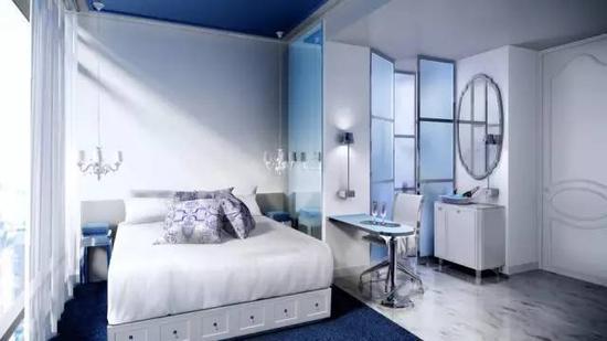 蓝色的客房走廊区宛如电影场景一般,有种不真实感,大面欧式镜面好像可以穿过似的。