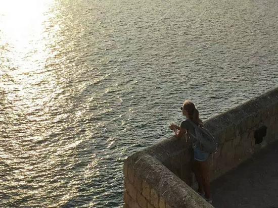 慢慢悠悠转完城堡,城堡边更有靠着港口欣赏日落的餐厅,只不过落座的几乎全是情侣,享受着这样的浪漫!