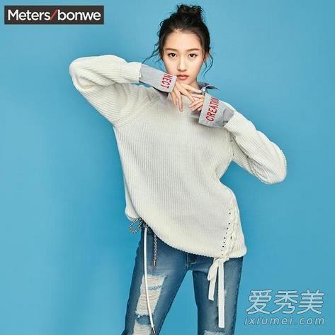 关晓彤同款个性拼接上衣,白色毛衣拼接衬衫,加上绑带设计甜美又个性。