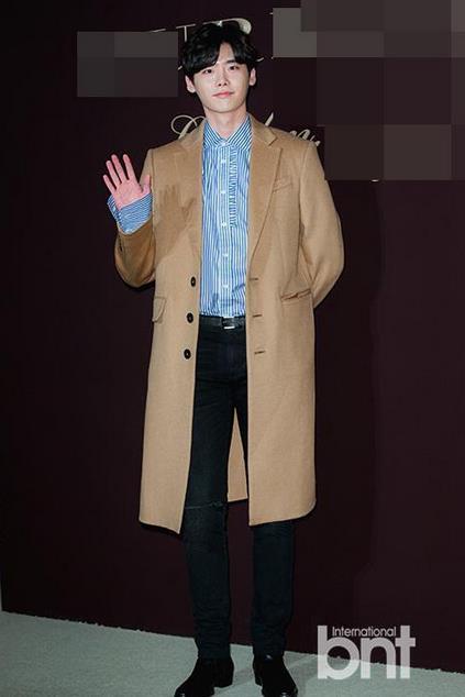 长款风衣外套+衬衫,李钟硕秒变精英男,看着就给人一种很可靠的感觉。
