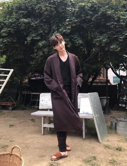 日系慵懒睡衣风也挡不住的可爱感,感觉不管什么衣服穿在他身上都很大牌呢。