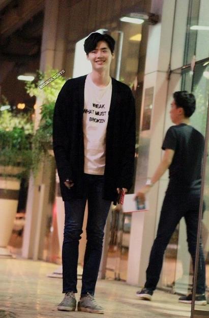 少年感十足的穿搭,牛仔裤+白t+黑色外套,加上治愈系的笑容看起来超级干净呢,是小编的菜!