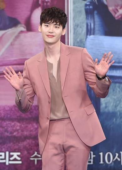 骚气十足的粉色西装也一样驾驭,身材好完全不会让人觉得很娘,反倒觉得这个颜色真的是适合他呢。