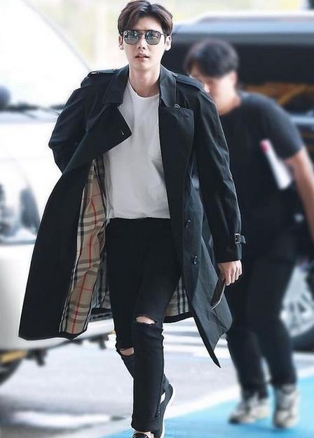 长款风衣+破洞牛仔裤,简洁的穿搭时髦不失帅气感,这小细腿小编真的很羡慕呢。
