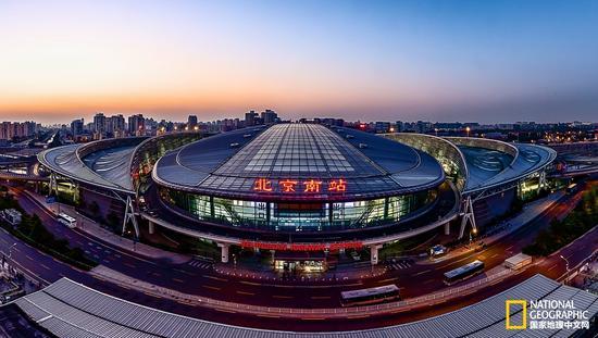 夜幕下的北京南站