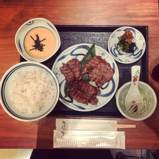 这是买的牛舌三个部位的套餐。第一次吃可以点来试试,全部部位都能吃到。售价1880日元