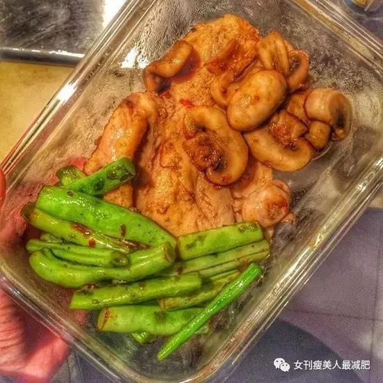 晚餐:煎洋葱鸡排+冬笋炒牛肉+锡纸烤番茄+锡纸烤三文鱼柠檬芦笋。(没有调料~)