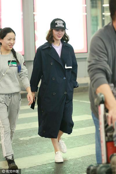 反倒身高160cm比刘诗诗还稍矮一些的吴昕,在搭配上更胜一筹,藏蓝色大衣+九分裤+驼色裸靴+粉灰色软呢帽,这一身潮多了~