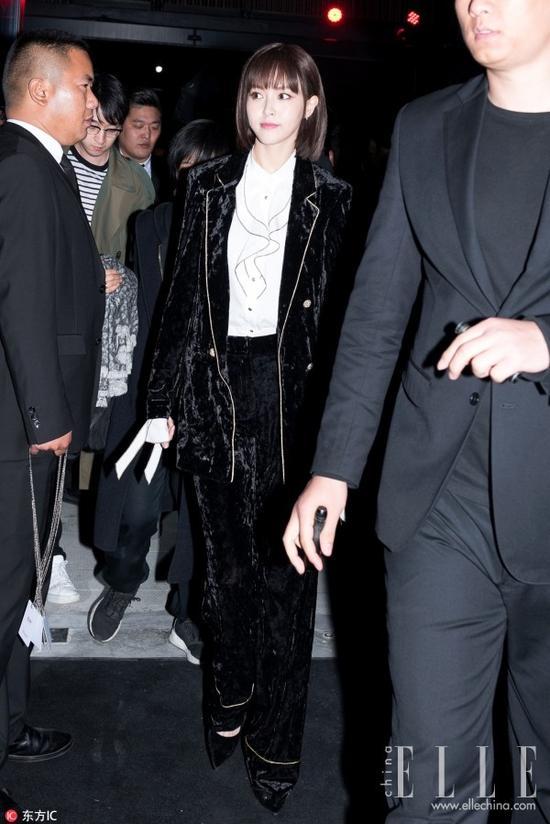 今年4月,唐嫣亮相EP品牌闭幕大秀,一袭黑色镶边丝绒套装展示高挑好身材,糖糖偶尔也变唐总。