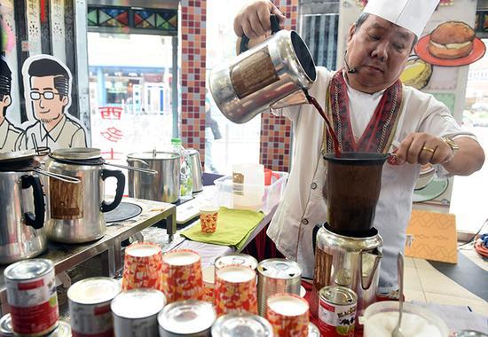 """在今年的香港""""经典冰室旧物珍藏展"""",香港首位国际总冠军奶茶王罗德示范冲泡正宗港式奶茶"""