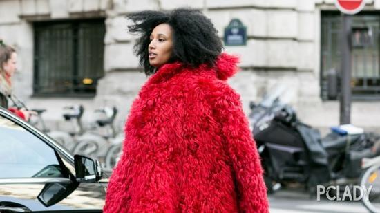 在大衣廓形中,流畅、利落的线条可以提升单品的质感,对于皮草来说也不例外。