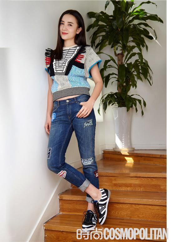 编织装饰卫衣与拼贴牛仔裤,活力四射的Y-3斑马纹运动鞋,为这个青春洋溢的look带来更多动感。